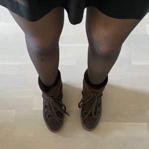 Säljer mina mörkbruna Philip Hog skor som jag köpte förra vintern men aldrig fått användning för. Därav inga slitningar eller liknande. Liknar Inuikii skor. Köpta för 1700kr. Säljer för 800kr exklusive frakt.