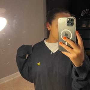En marinblå äldre unisex tröja från Fred Perry som jag fått av min pappa, storlek XL men är som en M. I jätte bra skick!