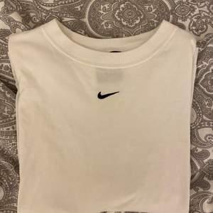 Snygg vit nike t-shirt. Använd fåtal gånger. Köparen får stå för frakten!!🦋💖