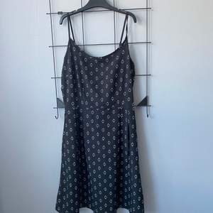 Säljer denna klänningen från vero Moda då den inte passar mig! Den är endast använd en gång. Säljer den för 115 å då ingår frakten i priset🤍🥰