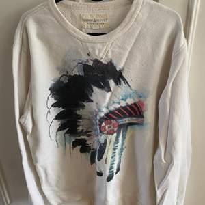 En jättefin tröja från Ralph Lauren med ett snygg tryck ✨ funkar lika bra till kille som till tjej
