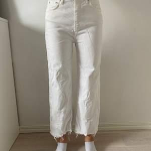 Vita jeans i ankellängd och högmidjade, säljs pga inte min stil, nyskick och använda en gång. Är 171 cm lång. Säljs för 200kr+ frakt. Budgivning om många är intresserade