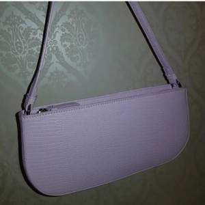 Säljer min nya baguette väska som aldrig har kommit till användning. Den har två innerfickor, en med dragkedja. H: 13 cm, B: 4 cm, L: 27 cm. ✨ Skick: Ny | Färg: Ljuslila | Nypris: 349 kr. Frakt tillkommer.