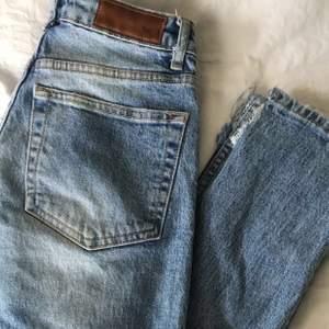 Slitna jeans från BikBok. Köpta för ca 1 år sedan aldrig använda. Hål gjorda själv. Möts upp i Örebro och fraktar, köpare står för frakt💚