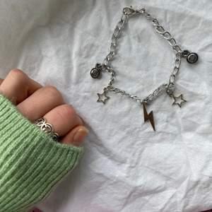 Jättefint armband med berlocker. Går att välja berlocker själv💜 Fler smycken @sthlm.jewelry🥰