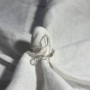 En hemmagjord ring med silverfärgad metalltråd. Passar bra till lite niutrala kläder. 61kr med frakt 🚚