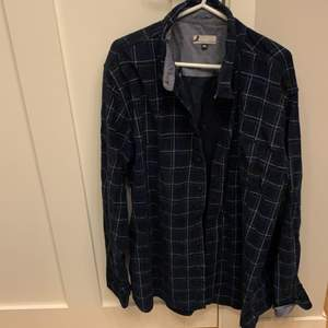 Säljer denna Manchester skjorta i nyskick. Står att den är i storlek 2XL men den är väldigt liten i storleken, skulle säga att den passar en M eller oversized på en S. Köpte den här från Plick för några månader sedan. Köparen står för frakten!