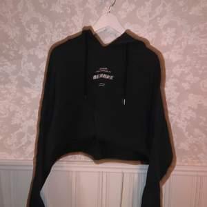 Snygg croppad hoodie från Madlady storlek M! Inte så mycket använde Max 10 ggr och i fint skick. Lite skrynklig nu då den legat i en byrå under längre tid! Köparen står för frakten💕 Kontakta för fler bilder