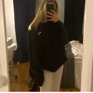 En svart vintage sweatshirt från PUMA, står ej storlek men skulle tippa på en M/L ( passar xs-l) beroende på hur man vill att den sitter, jätte fint skick!