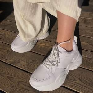 Supersnygga Chunky sneakers från Nelly i bra skick! Dom är använda men det märks knappt, dock lossnade lilla flärpen bak på skorna, men det stör inte  utseendet så Mkt 💕🌹👏🏻✨bud från 170kr i kommentarerna