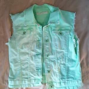 Neongrön jeansväst. Kidcore, candy core mm. Köparen står för frakt💛