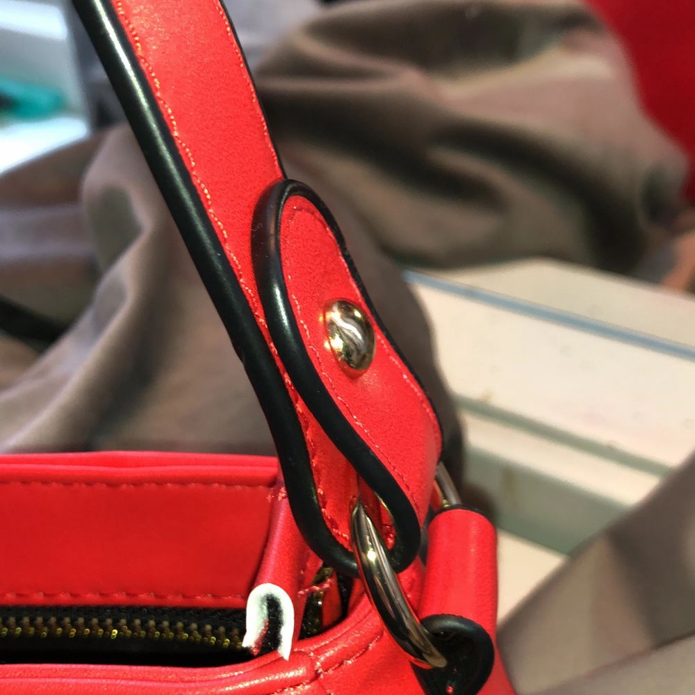 En röd axelväska som inte används. Den är jättefin och använd 1 gång därför säljer jag den❤️. Väskor.