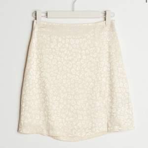 Intressekoll på denna superfina leopard mönstrade kjolen från ginatricot! Storlek 38 men passar även 34/36. Precis köpt den men passar ej mig men men säljer om jag får bra bud!