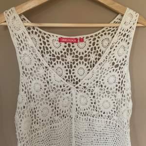 Väldigt söt virkad klänning köpt secondhand!! Som i nyskick och jag har endast testad den. Kan tänka mig att den är väldigt fin i sommar över en bikini eller nått 💞 FRAKT INGÅR