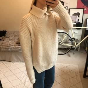 Cremevit stickad tröja i ull från H&M studio. 65% ull och 35% polyamid. I använt skick. Storlek XS men oversize passar en XS-M. Fin krage.