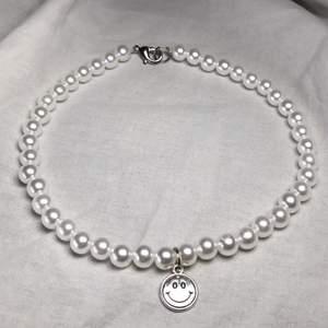 Ett handgjort elastiskt halsband med vaxade pärlor och smiley hänge🤚 ett kortare halsband som inte sitter tight ✨ GRATIS FRAKT💛
