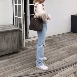 """Säljer dessa snygga, populära jeans från Ginatricot!! Storlek 36, modellen heter """"90s highwaist jeans"""". Bud från 300kr, buda i kommentarerna 🦋"""