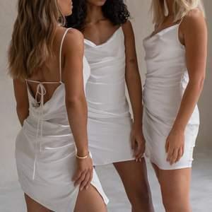 Den perfekta klänningen till student eller bara till sommaren! Köpt på nakd i storlek 40. Helt slutsåld, säljer då jag beslutade mig om att ta en annan klänning till studenten. Prislappen kvar. ✨