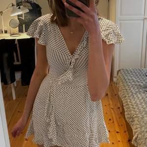 Prickig omlott klänning från miss guided🤎