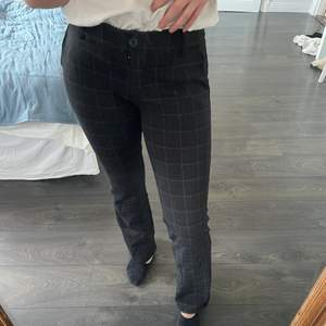 Ett par supersnygga kostymbyxor som tyvärr inte kommer till användning längre. Fickor fram och fejkfickor bak. Stretchiga i midjan. Går precis med över foten på mig som är 1.60💕