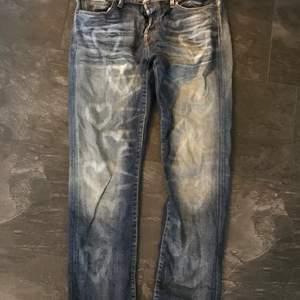 Gamla jeans med egna blekta hjärtan