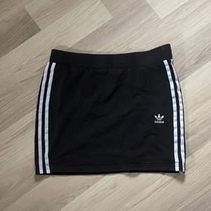 super söt kort adidas kjol!🖤 stretchig och skönt material! 🧚🏻♀️😋