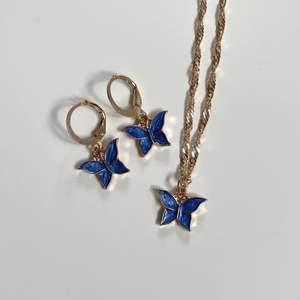 Säljer detta super fina blåa smycke set med fjärilar och guldiga detaljer! Helt nytt, alltså inte användt! GRATIS FRAKT❗️
