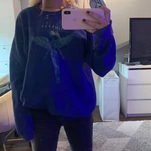 Blå Tröja med Nirvana tryck, väldigt oversize, jag är 167cm. Frakt går på 66kr!💕