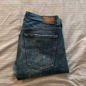 Säljer dessa lågmidjade flare/bootcut jeansen från Lee Jeans i modellen flint, så fina men satte tyvärr för små för mig:') innerbensmåttet är 86cm, sitter över skorna på mig som är 172cm🙌 skriv vid funderingar eller intresse!!✌️