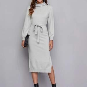 Elegant sweaterklänning i skönt material och fina ärmar. Hög midja, slits på en sida, lätt stretchig. Helt ny/oanvänd. Storlek L, liten i storleken🤍