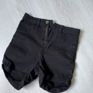 Högbidjade shorts i storlek 34 :)