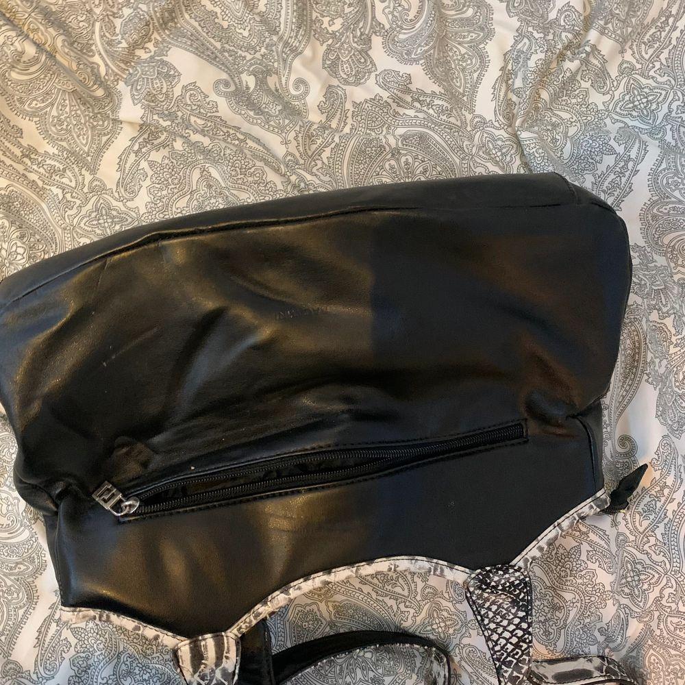 Har kollat bland mamma gammla väskor och hittade denna jätte fina väska så kan mötas upp helst men kan oxå frakta🥰. Väskor.
