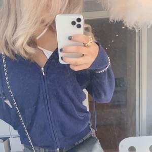 """Jätte snygg kasmir tröja ifrån """"cozy cahmere"""" nypris ungefär 1800kr, säljer för att jag har 2 stycken. Buda🙏🏽strl M men sitter som S"""