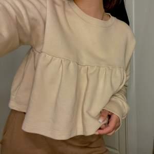 Gullig kort tröja men volanger knappast använd. Storlek S-SX. Jätte skönt i materialet och bekvämt, frakt står man själv för.