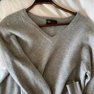 En extremt mjuk och fin tröja i cashmere 🌼💫 sitter lite oversize på mig som är en S!