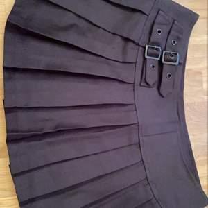 jättesöt kjol men är tyvärr för stor så jag är tvungen att sälja den:( bra skick<3