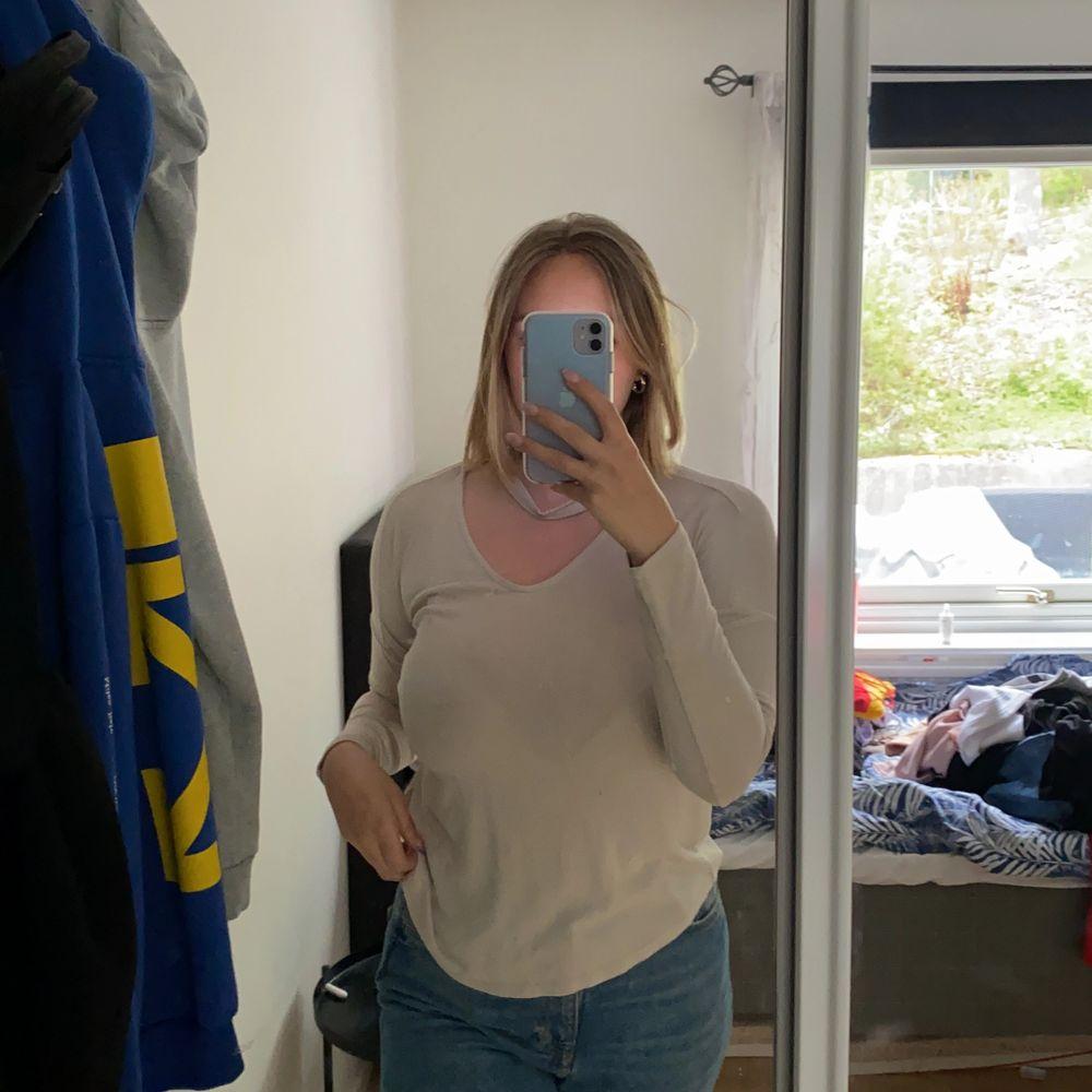 Beige långärmad från Gina tricot i storlek M🥰 . Tröjor & Koftor.