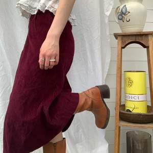 Super fin manchesterkjol i en vinröd färg. Har fickor (bild 1) och går nedanför knäna på mig som är 167 cm. Dm för midjemått och mer info i bion.  Checka även in mina andra annonser och sammfraktar mer än gärna🍷🌷