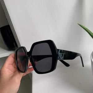 Instressekoll på mina helt nya svarta Carin Wester solglasögon! Har endast testat dom så dom är i finaste skicket. Köpta på Åhléns för 500kr💕💕  (priset kan diskuteras)