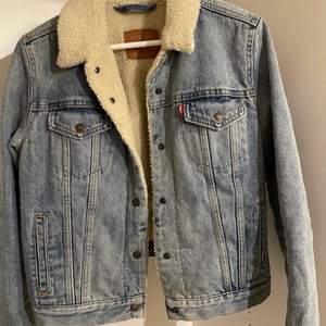 En Levis jacka som endast är använd ett fåtal gånger då den är för liten! Storleken är L men skulle säga S/M. Säljs då den är för liten. 🖤 Önska så den passa mig men icke!
