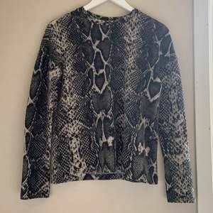 Fleece tröja från Gina tricot i orm mönster💕köparen står för frakt!