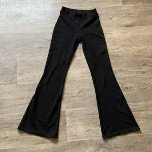 Säljer mina super mysiga utsvängda tights från Gina tricot, dem är lite korta på mig som är 172/173 men är nog perfekta för dig som är 158-164💕köparen står för frakten!