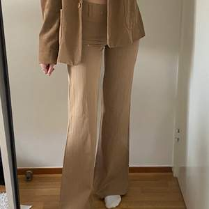 Snygga bruna kostymbrallor! Är lågmidjade och rätt så långa. De går ungefär precis nedanför foten på mig som är 167! Köpare står för frakten! 🤎🤍🤎🤍