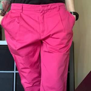 Superfina rosa chinos från Filippa K storlek XL men rätt små. Jag är 1.75 cm