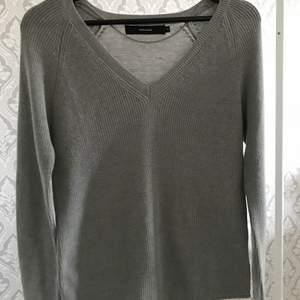 En stickad V-ringad tröja som aldrig kommit till användning, så den är i bra skick.  Köparen står för frakten✨✨ 100+frakt