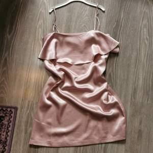 Smuts rosa klänning i siden liknande material 💕 Banden går att spänna åt samt dragkedja i bak! Köpt från Urban outfitters. I jätte fint skick