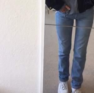 Säljer mina sparsamt använda levis 712 slim jeans pga att de inte längre passar mig! Storlek w28 och skulle säga att de är ganska stretchiga. Mycket bra skick förutom en liten svart prick som förmodligen kan tas bort med vanish! Originalpriset ligger på runt 1000 och frakten är redan inräknad i priset! 💙💙💙💙