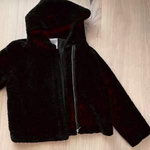 Faux fur med luva från Zara, storlek M.