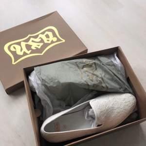 Sneakers/slipons från Ash Modell: Knit Storlek: 40 Färg: Off white Helt nya och oanvända. Nypris: 1300:-