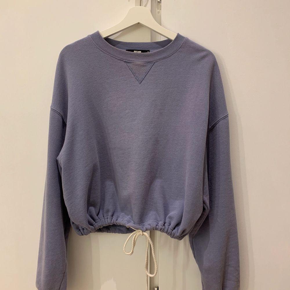 långärmad tröja med jättefin blå färg, köptes på bikbok för ca 2 år sedan och är i bra skick😋. Tröjor & Koftor.